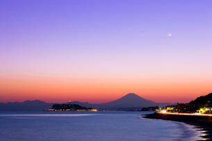 富士山と江ノ島の夕景の写真素材 [FYI01592390]