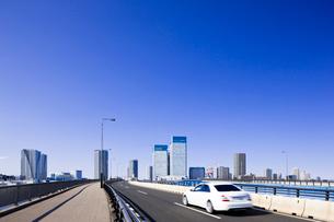 高層ビルと道と自動車の写真素材 [FYI01592404]
