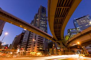 首都高速道路と新宿高層ビルの写真素材 [FYI01592424]