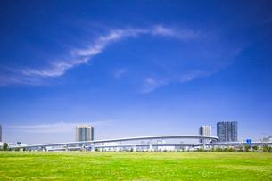 公園と高架道路とタワーマンションの写真素材 [FYI01592462]