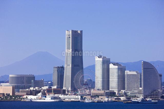 横浜ベイブリッジより望む夏の富士山とみなとみらいの写真素材 [FYI01592617]