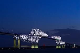 五輪招致ライトアップの東京ゲートブリッジの写真素材 [FYI01592647]