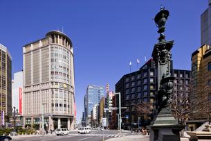 日本橋三越新館と中央通りの写真素材 [FYI01592666]