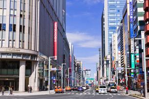 日本橋三越新館と中央通りの写真素材 [FYI01592673]