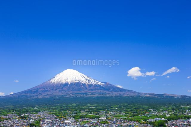 富士山と富士市の町並みの写真素材 [FYI01592681]