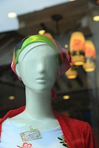 ガラスに映るマネキン人形の顔の写真素材 [FYI01592865]
