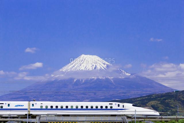 東海道新幹線 N700系と富士山の写真素材 [FYI01592903]