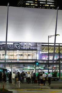 東京駅八重洲口と横断歩道の写真素材 [FYI01592923]