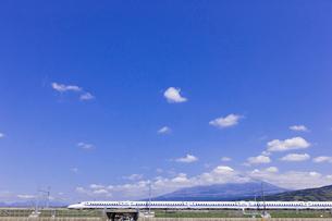 東海道新幹線 N700系と富士山の写真素材 [FYI01592991]