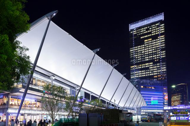 東京駅八重洲口とグラントウキョウノースタワーの写真素材 [FYI01593112]