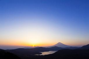 芦ノ湖と富士山 夕景の写真素材 [FYI01593119]