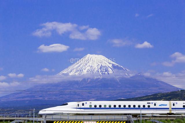東海道新幹線 N700系と富士山の写真素材 [FYI01593141]