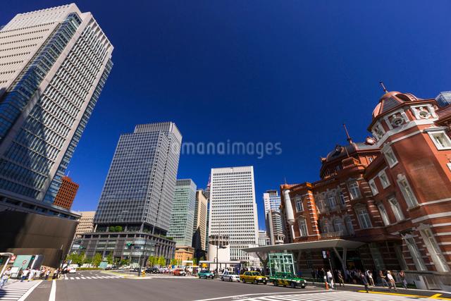 東京駅と丸の内ビル群の写真素材 [FYI01593170]