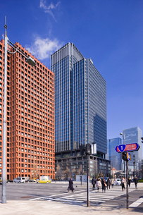 和田倉門交差点と丸の内のビル群の写真素材 [FYI01593178]