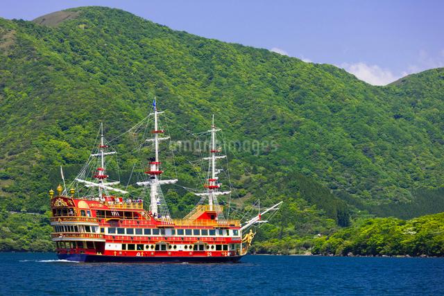 芦ノ湖と遊覧船の写真素材 [FYI01593302]