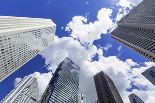 新宿高層ビル群と青空と雲の写真素材 [FYI01593429]
