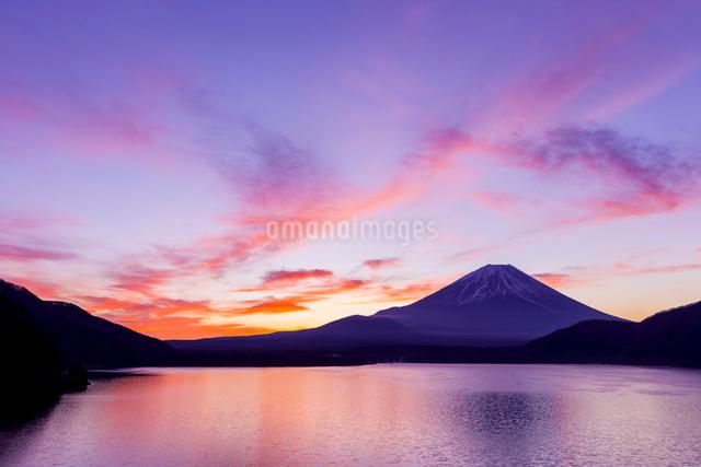 朝焼けと富士山の写真素材 [FYI01593555]