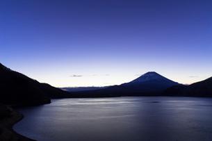本栖湖と富士山の夜明けの写真素材 [FYI01593629]