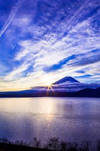日の出と富士山の写真素材 [FYI01593647]