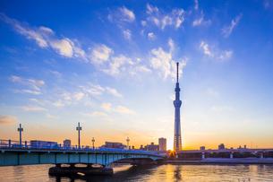 東京スカイツリーと日の出の写真素材 [FYI01593668]
