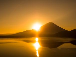 日の出と富士山の写真素材 [FYI01593679]