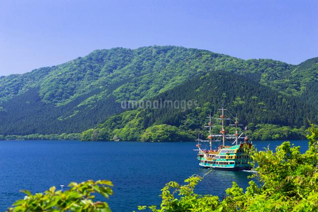 芦ノ湖と遊覧船の写真素材 [FYI01593693]