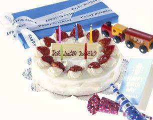 バースデーケーキとプレゼントの写真素材 [FYI01593694]