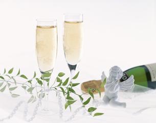 クリスマスイメージ(2杯のシャンパングラス・天使の置物など)の写真素材 [FYI01593847]