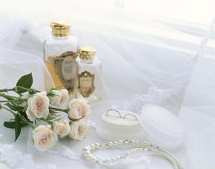 ウェディングイメージ(花・結婚指輪)の写真素材 [FYI01593867]