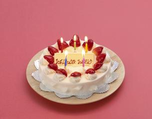 ろうそくを5本立てたバースデーケーキの写真素材 [FYI01593882]