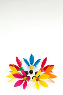 丸く並んだ羽子板の羽根の写真素材 [FYI01594033]