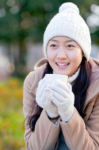 温かい飲み物を飲む女性の写真素材 [FYI01594044]