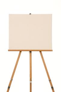 真っ白なキャンバスとイーゼルの写真素材 [FYI01594048]