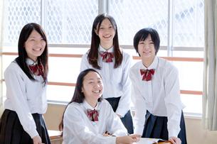 教室の中の4人の女子高校生の写真素材 [FYI01594087]