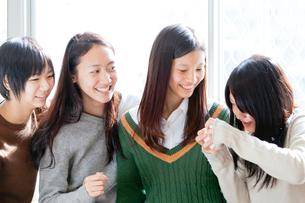 教室の窓辺で笑う女子学生の写真素材 [FYI01594091]