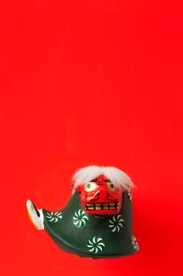 赤バックに獅子舞の写真素材 [FYI01594093]