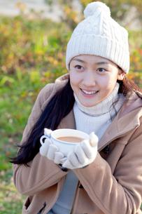 温かい飲み物を飲む女性の写真素材 [FYI01594147]