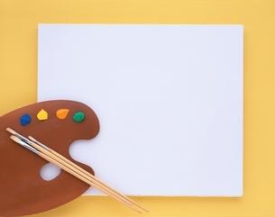キャンバスとパレットと筆の写真素材 [FYI01594209]