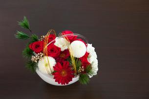 テーブルに置かれた祝いの生け花の写真素材 [FYI01594338]
