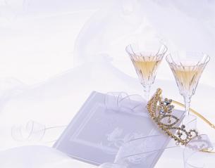 2個のシャンパングラスとティアラの写真素材 [FYI01594339]