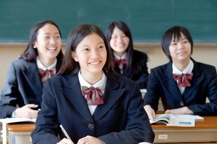 授業を受ける女子高校生の写真素材 [FYI01594369]