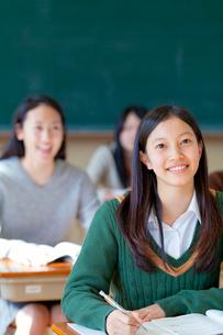 授業を受ける女子学生の写真素材 [FYI01594387]