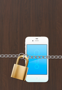 鍵と鎖とスマートフォンの写真素材 [FYI01594388]