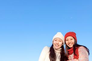 ニット帽をかぶった二人の女性の写真素材 [FYI01594402]