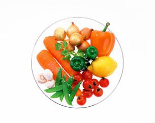 皿上の野菜の写真素材 [FYI01594431]