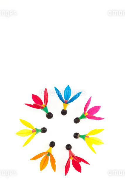 丸く並んだ羽子板の羽根の写真素材 [FYI01594448]