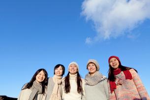 青空と女子学生達の写真素材 [FYI01594477]