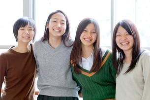 教室の窓辺で笑う女子学生の写真素材 [FYI01594542]