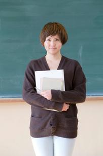 黒板の前の女子学生の写真素材 [FYI01594614]