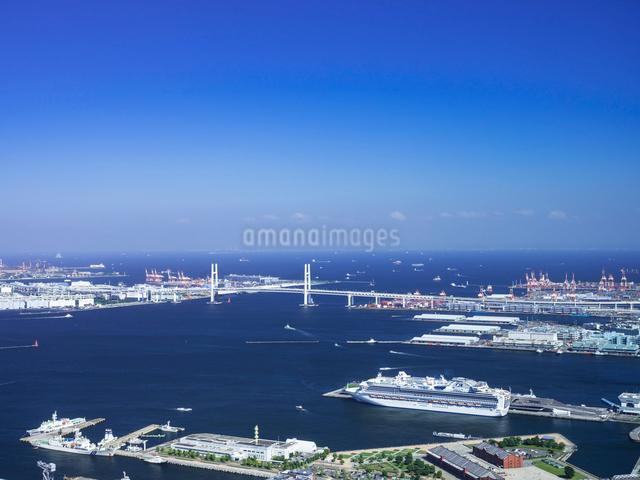大桟橋とベイブリッジの写真素材 [FYI01594694]